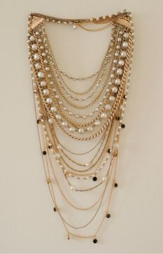 Jewelry Trends 5 Inspirational Ways to Layer Necklaces - Glitter Guide has a tutorial on How To Layer Necklaces. Jewelry Trends, Jewelry Sets, Jewelry Accessories, Diy Jewelry, Jewelry Making, Pearl Jewelry, Jewelery, Multi Strand Necklace, Layered Necklace