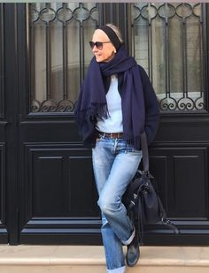 Blue on Blue.linda v wright Mature Fashion, Fashion Over 50, Timeless Fashion, Mode Ab 50, Estilo Jeans, Jeans Denim, Mom Jeans, Advanced Style, Mode Outfits