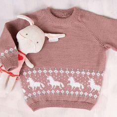Endelig her kommer Enhjørning-genseren! Du får den i flere fargekombinasjoner. Genseren på bildet er strikket i fargen dus gammelrosa med fargene natur og jadegrønn i mønsteret. Garnpakken inneholder alt garnet og du trenger for å strikke Enhjørning-genseren, pluss oppskrift. Garntypen er Pure Eco Baby Wool (100% økologisk ull) fra Dale Garn. Strikkes på pinner 2.5 og 3. Trenger du strikkepinner? Bestill i tillegg her. The post Bluum strikkegenser – Enhjørning i Pure Eco Baby Wool appeared Eco Baby, Pure Products, Wool