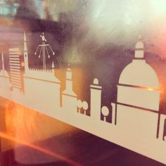 Smukke København med tårne og spir med lidt træer holder mig med selskab mens jeg venter på bussen. #treestagram #kbhpol #cphlove #copenhagen #københavnerliv #københavnstårne #københavn #delditkbh #deldinby #pendlerliv #150S #moviatrafik