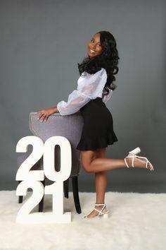 Graduation Look, College Graduation Pictures, Graduation Picture Poses, Graduation Photoshoot, Grad Pics, Senior Portrait Outfits, Senior Photo Outfits, Girl Senior Pictures, Senior Pics