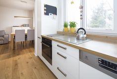 Digestoř zde není, indukční deska a velké okno pomáhají řešit její absenci. Kitchen Island, Kitchen Cabinets, Rodin, Kitchen Design, Police, Home Decor, Ideas, Island Kitchen, Decoration Home