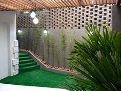 Espaço ao ar livre para cachorros em Pet Shop. RABISCO ARQUITETURA #vidro #pet #shop #petshop #dog #cat #animal #hotel #Petit #spa #estimação #decoração #decore #loja #store #produtos #expositor #canil #gaiola #banho #tosa #modern #moderno #design #art #quadro #gallery #galeria #obradearte #obra #ar #livre #arlivre #natureza #nature #tree #arvore #grama #gramasintetica #sintetica #lamp #pedra #stone