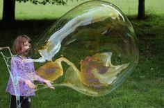 Kinderspiele im Garten riesige-seifenblase-seöber-machen-kinder-draussen-spielen
