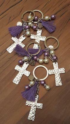 primera comunión Beaded Crafts, Jewelry Crafts, Beaded Jewelry, Handmade Jewelry, Diy Keychain, Bijoux Diy, Christian Gifts, Bead Art, Make And Sell
