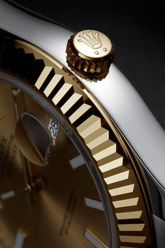On early Rolex Oysters, the fluted bezel had a functional purpose: it served to screw the bezel onto the case to contribute to the waterproofness of the watch. Over time, as the Oyster case evolved, the fluting became a purely aesthetic element. Available only in 18 ct yellow, white or Everose gold, the fluted bezel is a genuine Rolex signature, a mark of distinction.