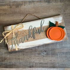 Farmhouse Thankful Wood Sign Hi friends, It's September! That means it's time to be thinking about Fall decor…pumpkins, leaves, all those rich, vibrant colors…I love Fall! I have a fun Farmhouse Thankfu… Fall Wood Crafts, Autumn Crafts, Decor Crafts, Diy Crafts, Diy Thanksgiving Crafts, Halloween Wood Crafts, Summer Crafts, Easter Crafts, Halloween Diy