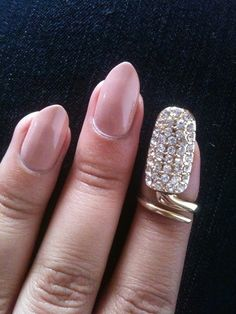 This makes me wanna try the stilleto nail! Omg!