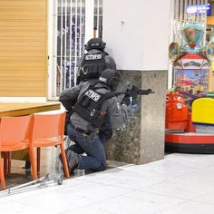 Great pic of the Warrior Assault Systems DCS plate Carrier in Black being used by the West Midlands Police 🇬🇧🤘😍 West Midlands Police during a simulated terrorist attack exercise at Merry Hill shopping mall.