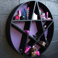 Magnífica estante de pentagrama que um dia pretendo ter (ou quem sabe fazer). Adaptaria o fundo lilás para o vermelho.