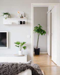 Ikea 'Botkyrka' shelf in simple white home Ikea Living Room, Small Living Rooms, Living Room Designs, Living Spaces, Ikea Interior, Home Interior, Interior Design Trends, Interior Inspiration, Design Scandinavian