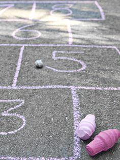 A fun project for the kiddos this summer: How to make homemade sidewalk chalk. #crafts