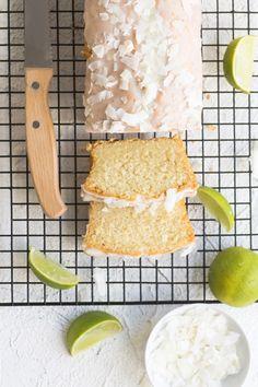 Da scheint die Sonne auf dem Kuchenteller: einfaches und schnelles Rezept für einen super fruchtigen und lockeren Limetten-Kokos-Kuchen mit Limettenguss