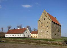 Glimmingehus är Nordens bäst bevarade medeltida borg. Följ med på en guidad tur genom borgens salar, delta i medeltidsaktiviteterna. Sweden, Cabin, House Styles, Home Decor, Decoration Home, Cabins, Cottage, Interior Design, Home Interior Design
