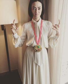 Mihoko Sakai (@mihoko_sakai)おめでとう! ヨーコ作のメダルと記念撮影。 本物のメダルじゃないよwww mikakoichikawa #lanvin #市川実日子