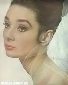 Full brows are nothing, just eternally classy! [Audrey Hepburn in a Givenchy perfume ad, photographed by Bert Stern] Audrey Hepburn Pictures, Audrey Hepburn Born, Golden Age Of Hollywood, Old Hollywood, Hollywood Icons, Classic Hollywood, Beauty Ad, Beauty Hacks, Beauty Tips