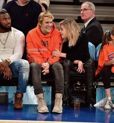 New York Knicks game in New York City on Nov 26 Justin Bieber Selena Gomez, Justin Bieber And Selena, Justin Hailey, Cute Celebrity Couples, Cute Couples Goals, Celebrity Pictures, Ashley Benson, Fanfiction, Famous Couples