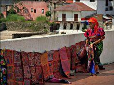 Indígena Guna Yala vendiendo molas en  la bóvedas del casco antiguo.