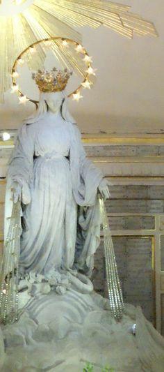 Particolare della Cappella della Madonna della Medaglia Miracolosa Questo santuario è situato nel cuore di Parigi, alla Rue du Bac 140