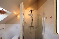 http://www.conseil-architecture.com    carrelage immaculé dans la salle d'eau