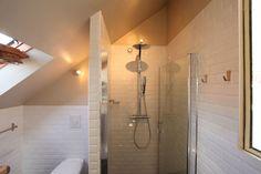 Carrelage immaculé dans la salle d'eau - Combles aménagés façon loft - Journal des Femmes Décoration