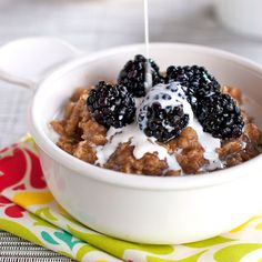 Blackberries and cream oats with honey