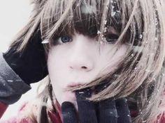 Suncokret - Prvi sneg (Sad kad sam dosla  iz daleka  pruzi mi ruke  reci da me cekas  Dolaze teska, teska vremena  ti znas,    Dolazi zima, duga i hladna  zatvori vrata, upali vatru  Pada prvi sneg.    Dolaze dani  ledenih kisa   necije lice  gubi se u magli  Dolaze ona nasa cutanja  ti znas,    Dolazi zima, duga i hladna  zatvori vrata, upali vatru  Pada prvi sneg.    Niz gusto polje  u mracna jutra  moje hladne ruke  dugo ce da te traze  Ako me volis ostaces uz mene  ti znas,  Dolazi zima...)