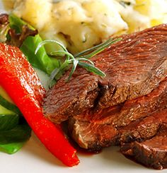 REINSDYRROASTBIFF MED TIMIANSTUEDE POTETER Pot Roast, Steak, Beef, Ethnic Recipes, Food, Carne Asada, Meat, Roast Beef, Essen