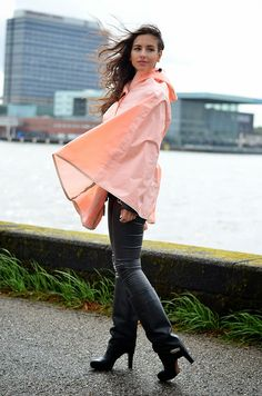 Im flottem Kurzcape am Flußufer Capes & Ponchos, Confident Woman, Rain Wear, Leather Fashion, Leather Pants, Raincoat, Bell Sleeve Top, Suits, Sexy