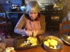 Catherine est en cuisine et nous prépare un bon petit plat dont elle a le secret, un poulet fermier accompagné de ses pommes de terre... Fabuleux à l'Ombre Bleue...