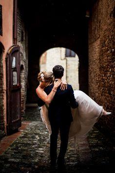 Couple portrait. Wedding in a private villa in Certaldo, Tuscany | Debbie & Bart. #wedding #tuscany #certaldo #photographer #qualcosadiblu #weddingphotography #bride #groom #coupleportrait