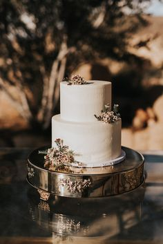 Ethereal Joshua Tree Wedding at Le Haut Desert Aerie Wedding Beauty, Rose Wedding, Floral Wedding, Elegant Wedding, Small Wedding Cakes, Country Wedding Cakes, Small Country Weddings, Rainbow Desserts, Wedding Reception Decorations