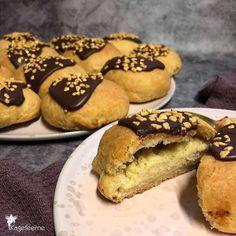 Custard filled buns for Carneval / Shrovetide bun - Fastelavnsboller af den gammeldags slags med ekstra meget smør i bollen. Cookies, Cake, Desserts, Instagram, Food, Crack Crackers, Tailgate Desserts, Deserts, Biscuits