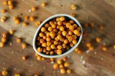 Kikkererwten bevatten veel vezels en proteïne. Per 100 gram 152 kcal  Wat heb je nodig: ▪Blik kikkererwten (100gram) ▪Eetlepel olijfolie (6 gram) ▪Paprika poeder ▪Kurkuma ▪Zeezout ▪ Evt. italiaanse kruiden  Hoe maak je ze: Laat het blik kikkererwten goed uitlekken en dep droog met keukenpapier. Meng ze dan met de olie en kruiden. Leg ze verspreid over een bakplaat bekleed met bakpapier. Zet ze in een voorverwarmde oven van 200°C 40/45 minuten. Schep regelmatig om.