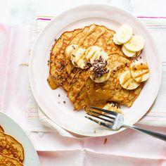 Almond butter and banana pancakes - Pancakes Recipe Raspberry Smoothie, Apple Smoothies, Banana Pancakes, Pancake Muffins, Salty Cake, Almond Butter, Almond Flour, Breakfast Recipes, Kitchens