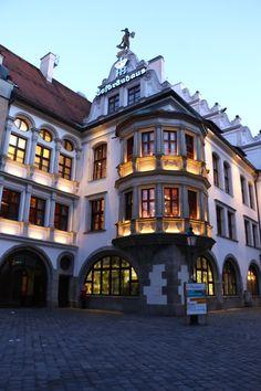 In München steht ein Hofbräuhaus.  Eins, Zwei, g'suffa!