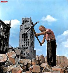 Warszawa rok 1950. Plac Napoleona (obecnie Plac Powstańców Warszawy), w tle zniszczony drapacz chmur Prudential. Fot. Zdzisław Wdowinski