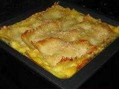LASAÑA DE VERDURAS  para 4-6 personas Ingredientes:  1 caja de fideos de lasaña 1 paquete de espinacas congeladas 1 paquete de zapallo amarillo congelado, puré o en cubos o fresco cocido 3 champiñones portobello grandes lavados y picados 1 cebolla grande picada  5 cdas de harina 2 tas de leche 1/4 tza de queso rallado 1/4 tza de pan rallado 1/4 tza de ricota  1 lata de salsa de tomate 1 lata de pasta de tomate nuez moscada, orégano o albahaca picados finos o secos sal, aceite y pimienta