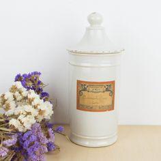 Tarro de farmacia de loza blanca | Antic&Chic Chic Shop, Jar, Shopping, Home Decor, Octopus, Vintage Decor, Pharmacy, Objects, Tents
