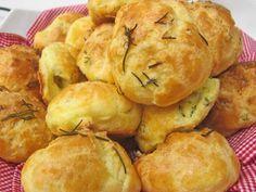 250 ml de água  - 100 g de manteiga  - 1 pitada de sal  - 150 g de farinha de trigo  - 4 ovos  - 100 g gruyère ralado grosso (ou 50 g de gruyère + 50 g de parmesão)  - 1 gema batida  -