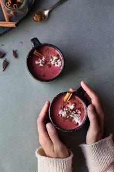 Chocolat Chaud Red Velvet Red Velvet Hot Chocolate (Vegan + Sugar-Free) by The Green Life (recette en français) Chef Taico, Chocolate Pack, Chocolate Food, Vegan Hot Chocolate, Christmas Hot Chocolate, Chocolate Cream, Chocolate Caliente, Vegan Sugar, Slow Cooker Desserts