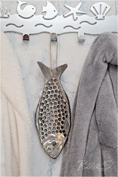 Could make something similar, out of clay Aluminum Foil Art, Aluminum Can Crafts, Slab Pottery, Ceramic Pottery, Fabric Fish, Clay Fish, Metal Fish, Scrap Metal Art, Pottery Classes