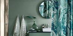 ambiance très tropicale pour cette salle d'eau avec ce rideau de douche vert et sa dame Jeanne. La tendance 2020 est également dans les arrondis et c'est parfaitement respecté avec le miroir ovale Bathroom Renovations, Bathroom Lighting, Mirror, Furniture, Jeanne, Home Decor, Marie Claire, Parents, Flat