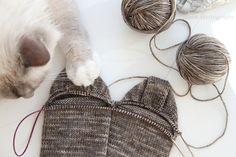 anana: Villasukat pyöröpuikolla varpaista varteen, kaksi kerralla! [kuvallinen ohje] Crochet Socks, Knit Crochet, Boot Cuffs, Yarn Crafts, Upcycle, Slippers, Knitting, Diy, Do It Yourself
