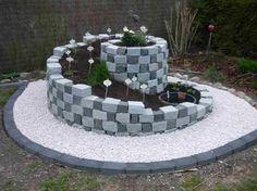 Kräuterspirale mit Bewässerungssystem aus Leinen