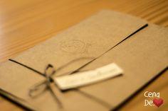 Detalhe Envelope em Kraft com monograma em relevo seco