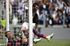 Juventus' Croatian forward Mario Mandzukic scores during the Italian Serie A football match Juventus vs Crotone at the Juventus Stadium in Turin on May 21, 2017.  / AFP PHOTO / MIGUEL MEDINA