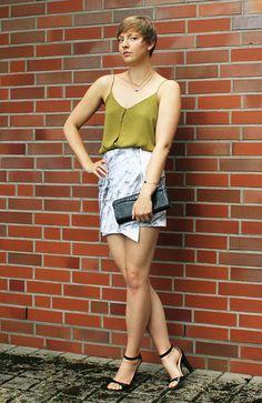 Outfit mit Marmor-Mini und Trägertop