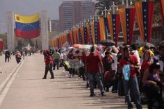 Venezolanos continúan visitando al fallecido presidente venezolano Hugo Chávez Frías:
