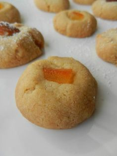"""Avant de vous embarquer dans toute une série de recettes de fêtes à partir de début décembre, je vous donne un échantillon avec ces biscuits de Noël. Je suis toujours à l'affût de nouvelles recettes, alors lorsque j'ai découvert celle-ci chez """"Cake in..."""